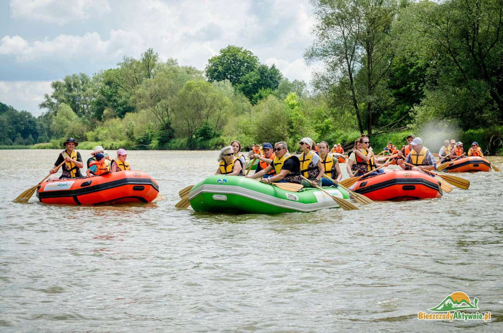 Grupa pontonów podczas spływu.