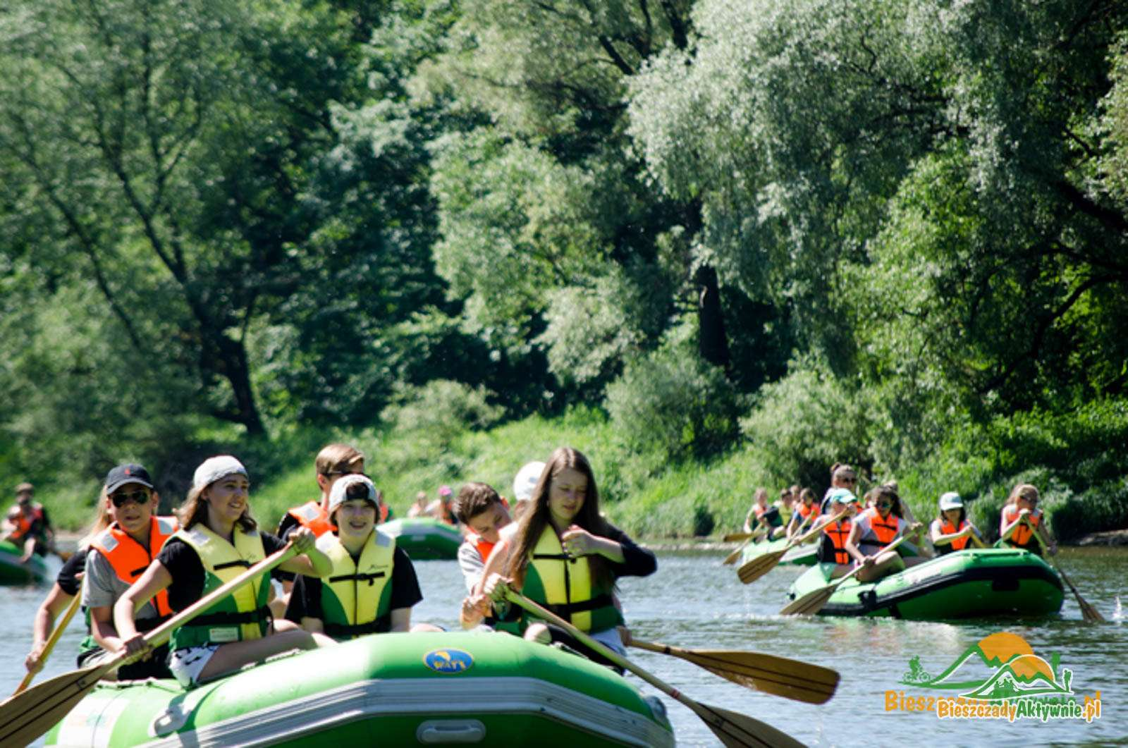 Grupa szkolna na spływie w Bieszczadach.