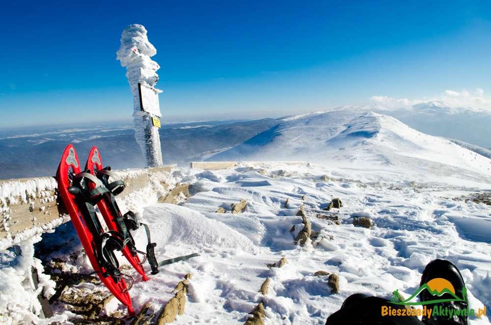 Rakiety śnieżne na Połoninie Caryńskiej w zimie.
