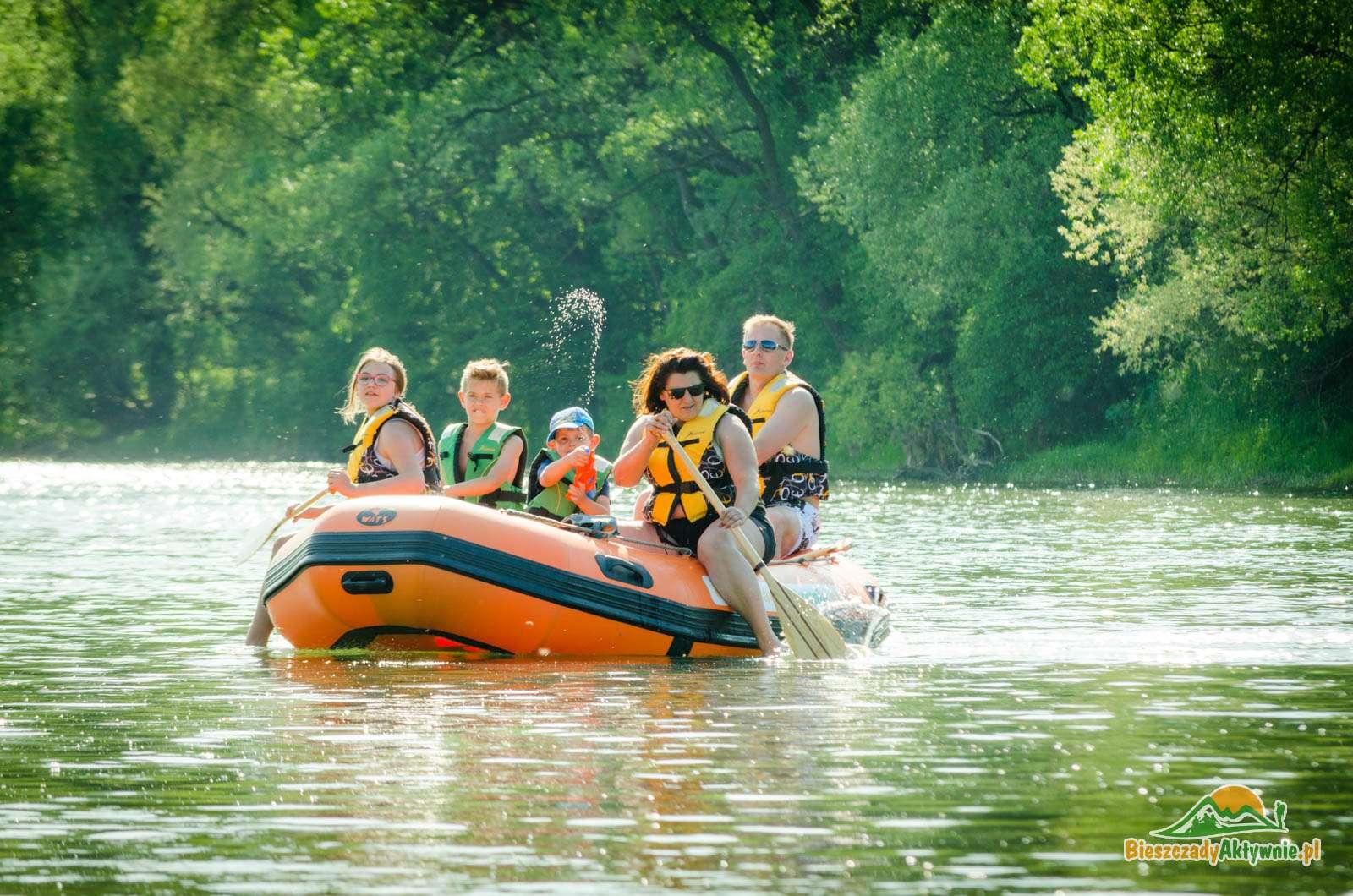 Rodziny z dziećmi na spływach pontonowych.