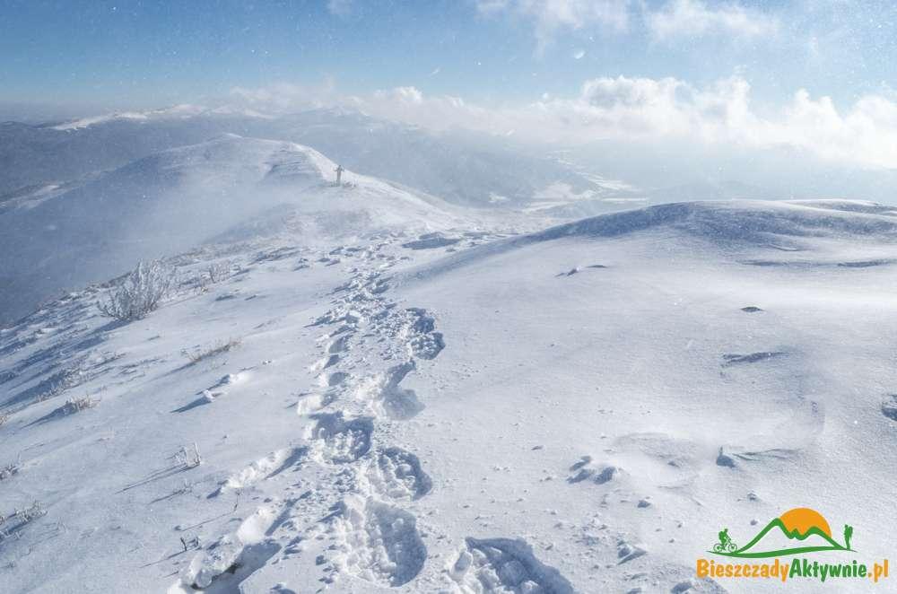 Ślady rakiet Śnieżnych na śniegu w Bieszczadach.